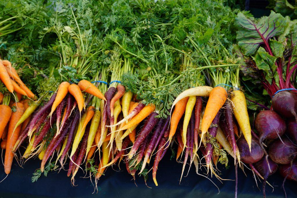 Farbige Karotten an einem Marktstand